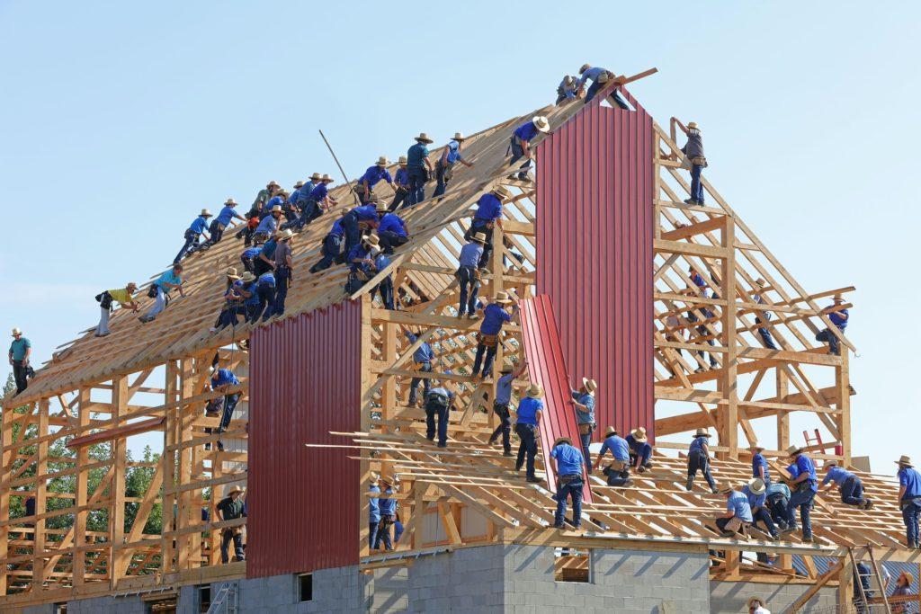 Husbygge där alla hjälps åt tillsammans