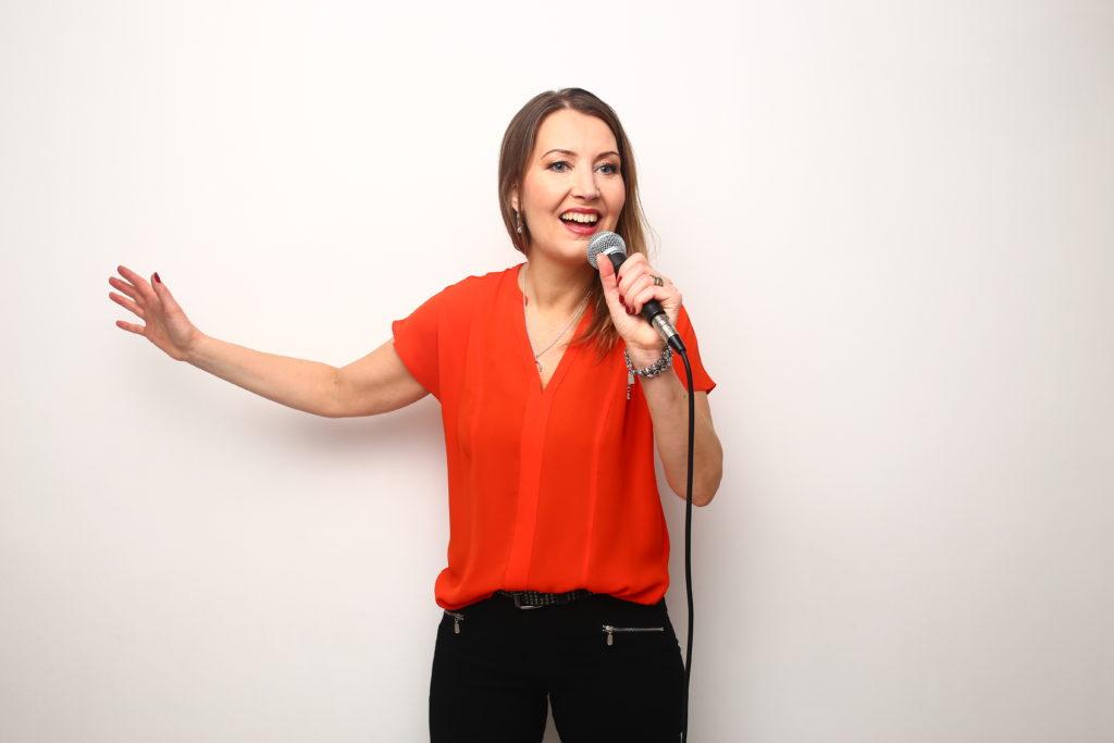 Bild på Johanna Palmqvist som föreläsare och sångerska